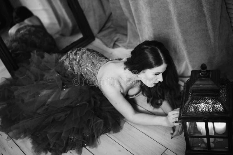 Schwarzweiss-Kunstporträt der nachdenklichen Schönheit stockfotos