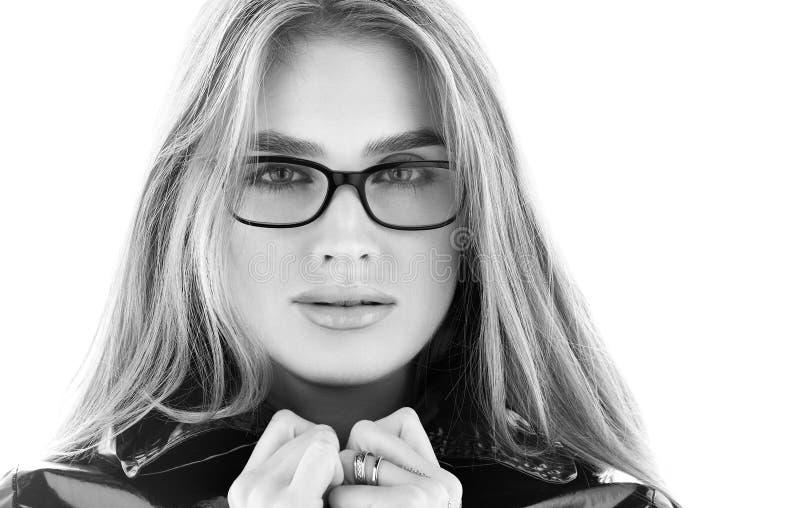 Schwarzweiss-Nahaufnahmeporträt der stilvollen jungen Frau in den Gläsern stockfotos
