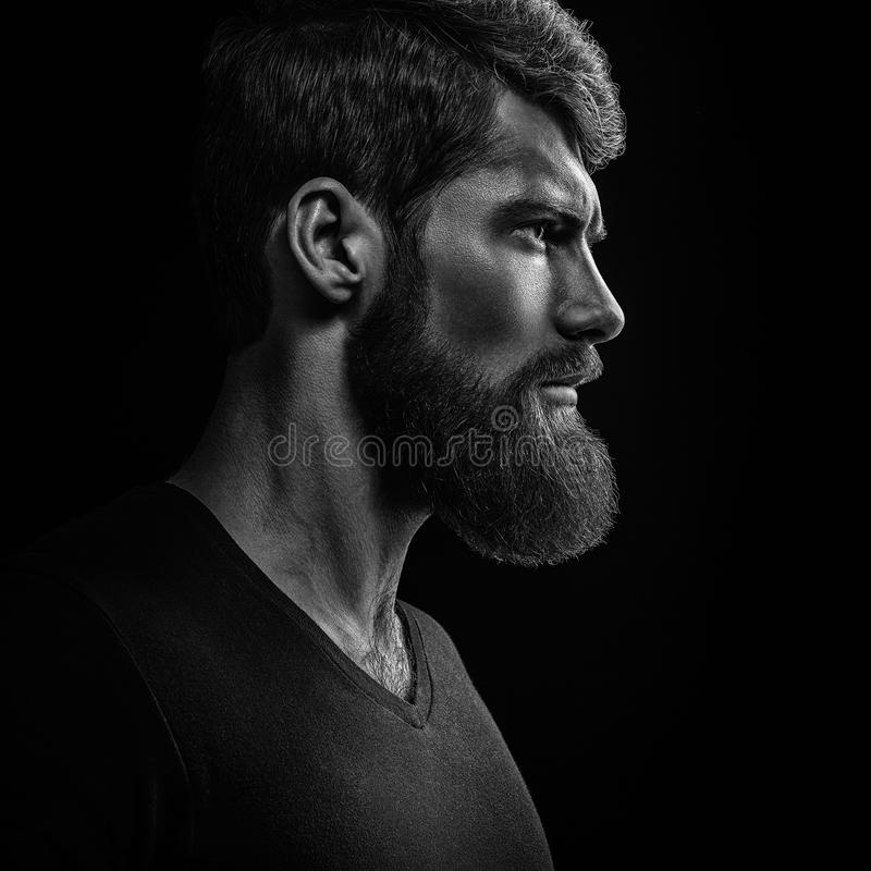 Schwarzweiss-Nahaufnahmeporträt des jungen hübschen bärtigen Mannes lizenzfreie stockbilder