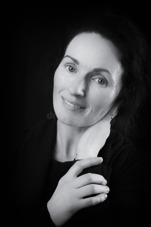 Schwarzweiss-Nahaufnahmeporträtbild des Gesichtes einer irischen Frau stockfotos
