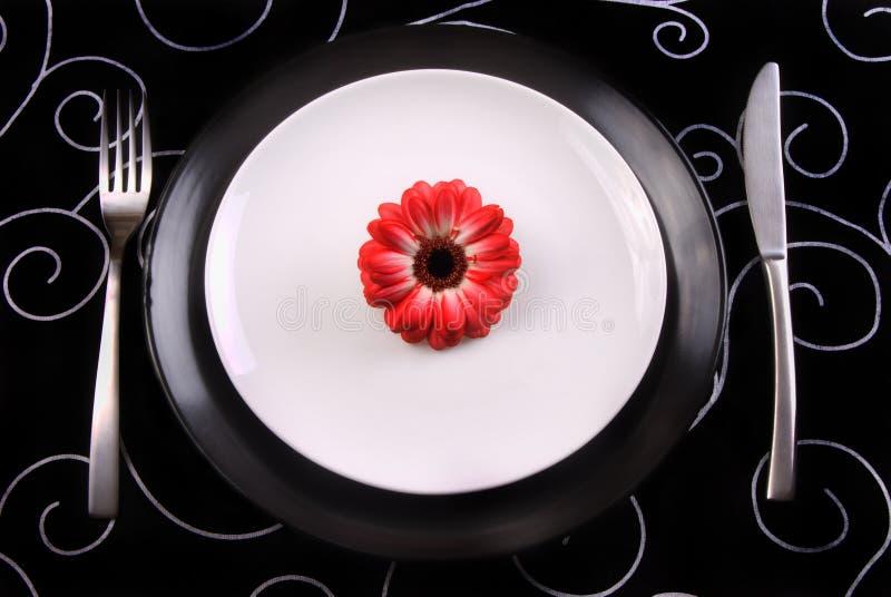 Schwarzweiss-Platten mit Gabel und Messer stockbild