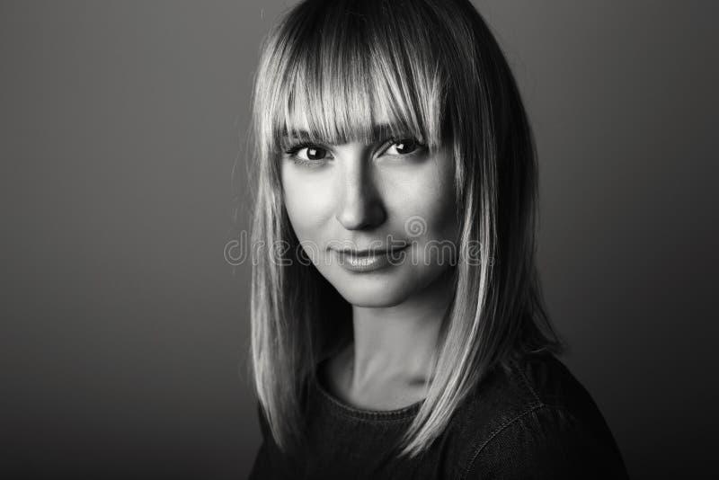 Schwarzweiss-Porträt der blonden kaukasischen Frau des schönen jungen Mittelalters, die in camera schaut lizenzfreie stockfotos