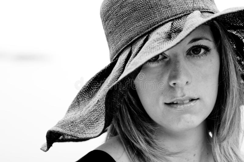 Schwarzweiss-Porträt der Frau einen schwarzen Hut tragend stockfotos
