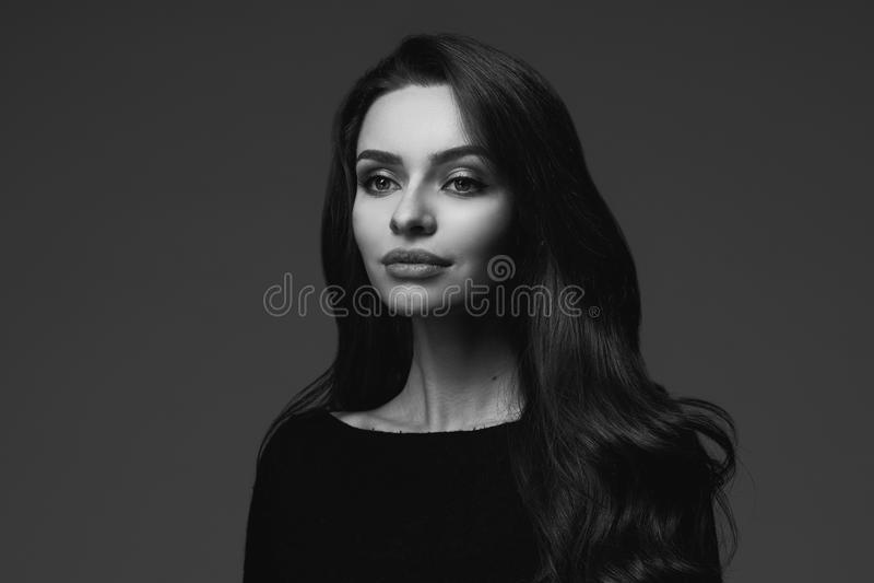 Schwarzweiss-Porträt der jungen Frau stockbilder
