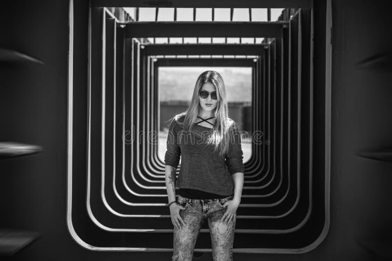 Schwarzweiss-Porträt der schönen jungen Frau mit dem langen blonden Haar lizenzfreie stockfotografie