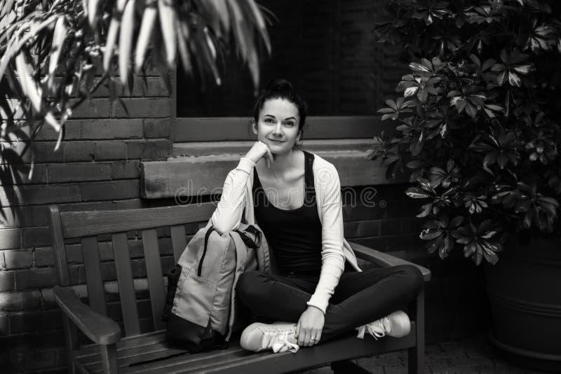 Schwarzweiss-Porträt der schönen kaukasischen jungen BrunetteStudentin lizenzfreie stockfotos