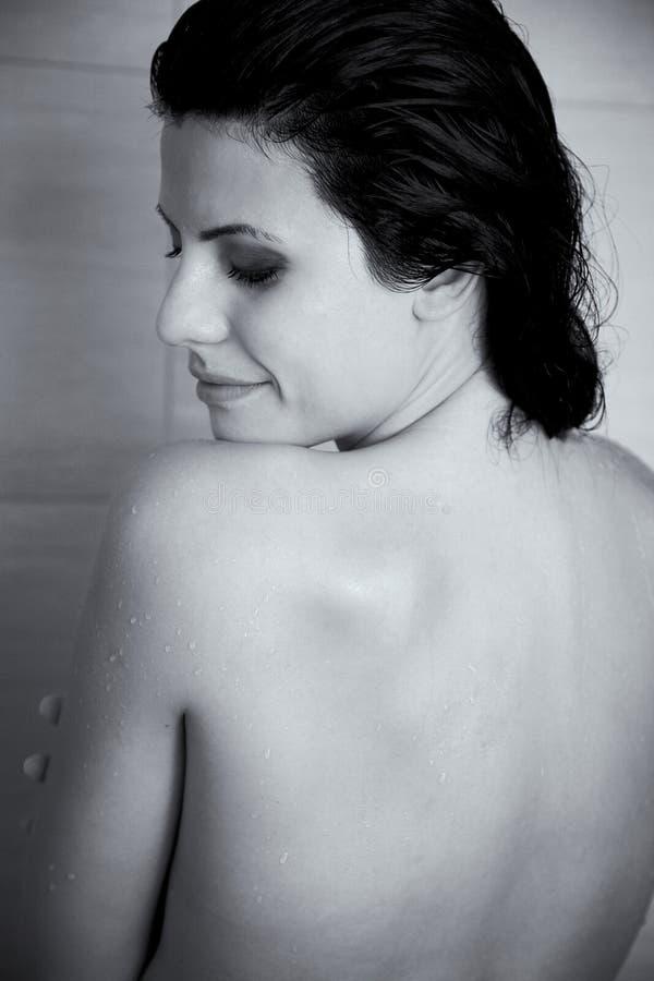 Schwarzweiss-Porträt der Schönheit entspannend in der Dusche lizenzfreies stockbild