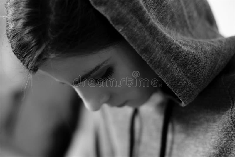 Schwarzweiss-Porträt der traurigen einsamen Frau lizenzfreie stockfotografie