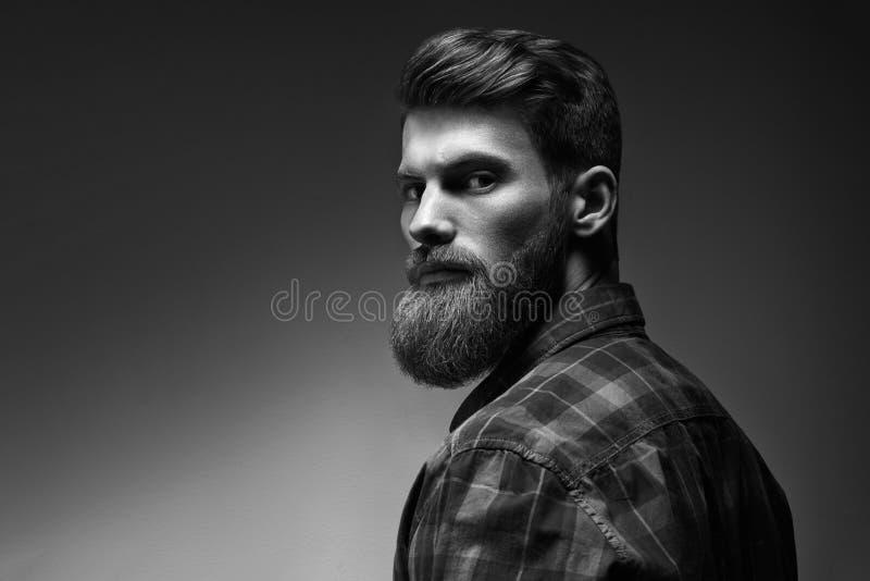 Schwarzweiss-Porträt des bärtigen gutaussehenden Mannes in einer nachdenklichen Stimmung lizenzfreie stockfotos