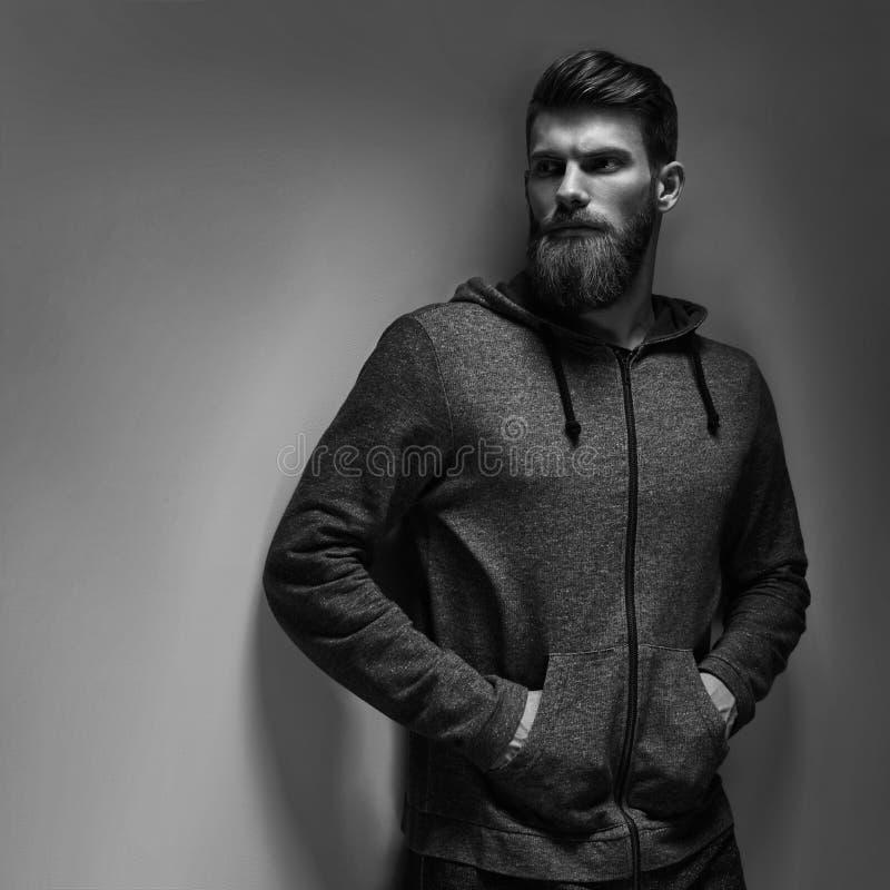 Schwarzweiss-Porträt des bärtigen gutaussehenden Mannes in einer nachdenklichen Stimmung lizenzfreies stockbild
