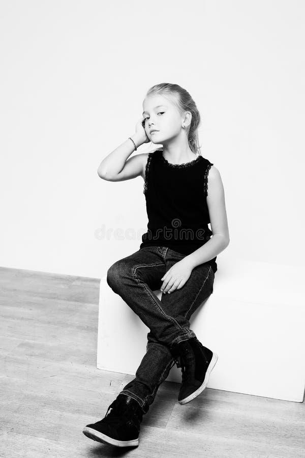 Schwarzweiss-Porträt des blonden Mädchens stockfotos