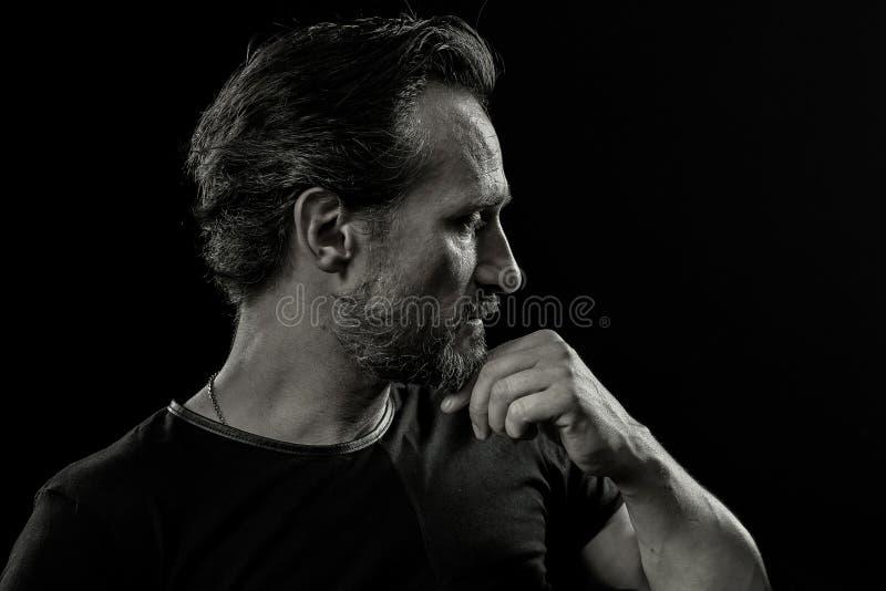 Schwarzweiss-Porträt des erfahrenen Mannes mit emtions von Schmerz und von Kampf stockbilder