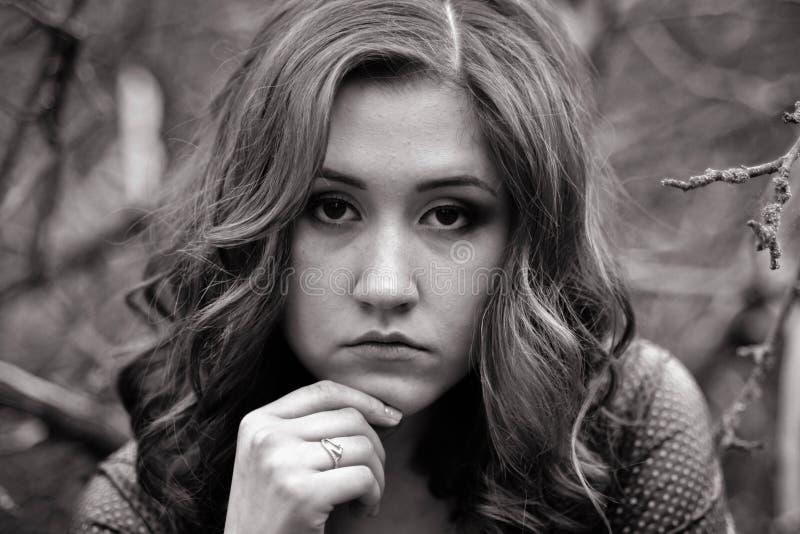 Schwarzweiss-Porträt des jungen Mädchens lizenzfreies stockfoto