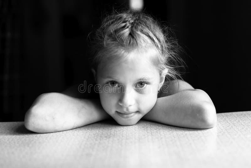 Schwarzweiss-Porträt des kleinen Mädchens lizenzfreie stockfotografie