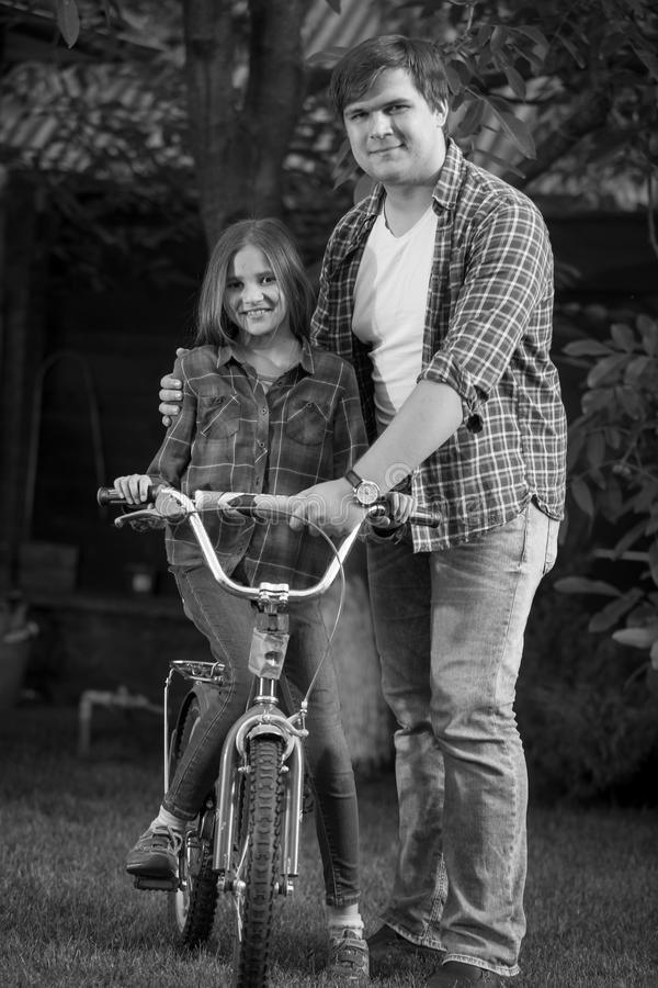 Schwarzweiss-Porträt des Vaters seiner Tochter wie zu beibringend stockfotos