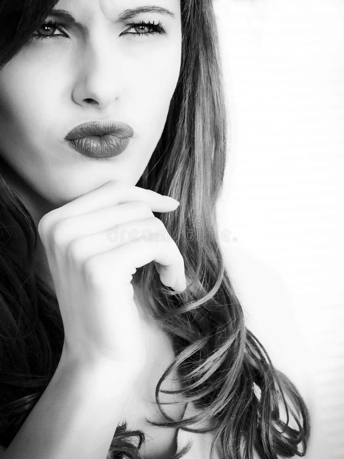 Schwarzweiss-Porträt eines angespannten nachdenklichen junge Frauen-Schauens lizenzfreies stockfoto