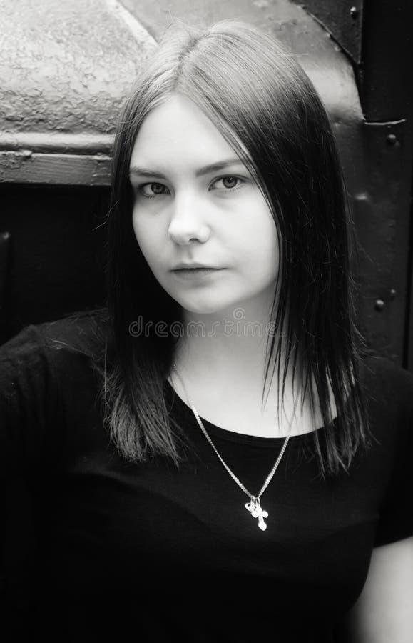 Schwarzweiss-Porträt eines schönen Mädchens stockbilder
