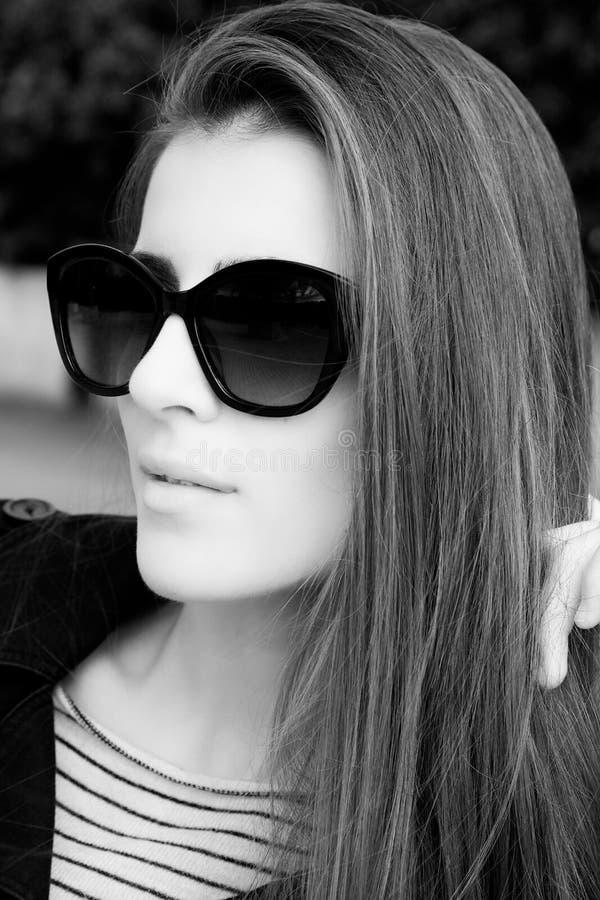 Schwarzweiss-Porträt von elegantem und Schönheit mit Sonnenbrille lizenzfreie stockfotos