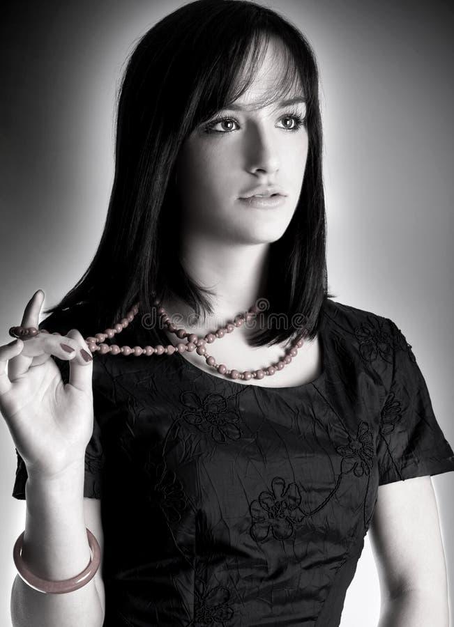 Schwarzweiss-Portrait der eleganten Frau lizenzfreie stockfotos