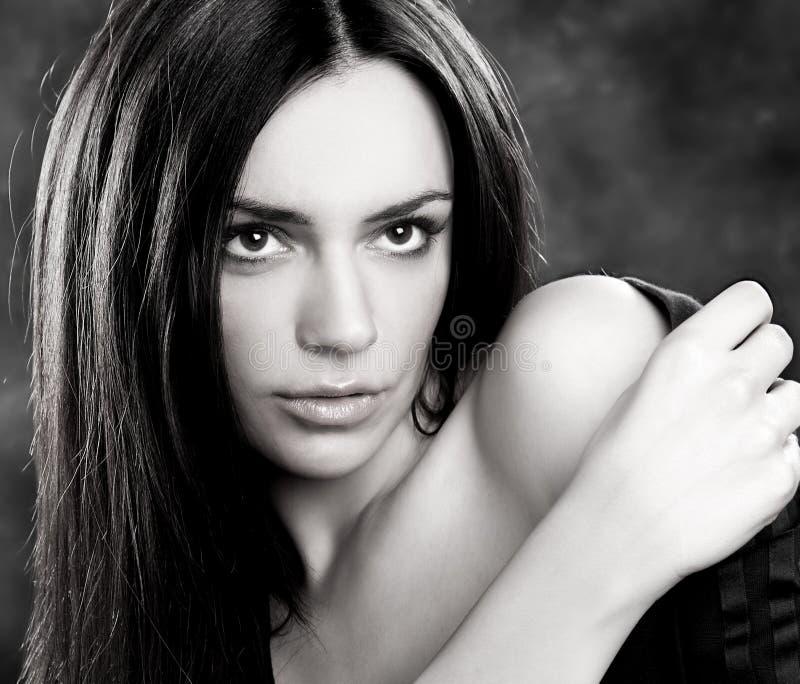 Schwarzweiss-Portrait der jungen schönen Frau stockbilder