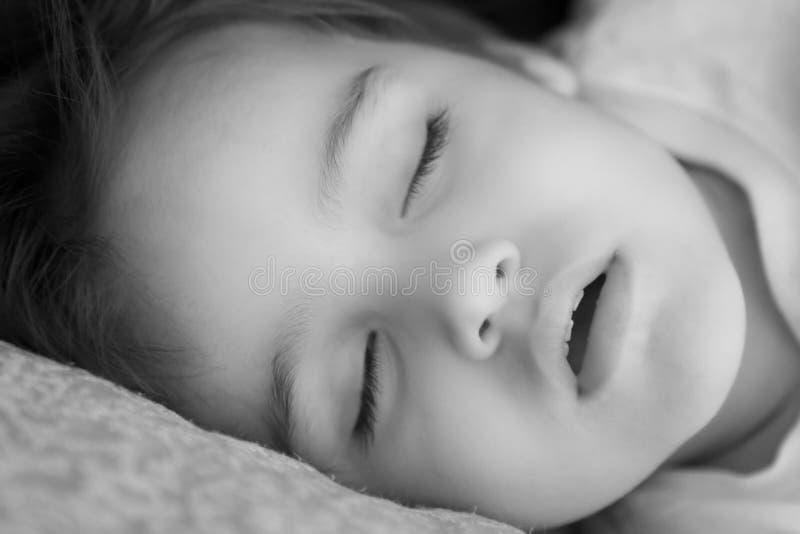 Schwarzweiss-Portrait des schlafenden Kindes lizenzfreies stockbild