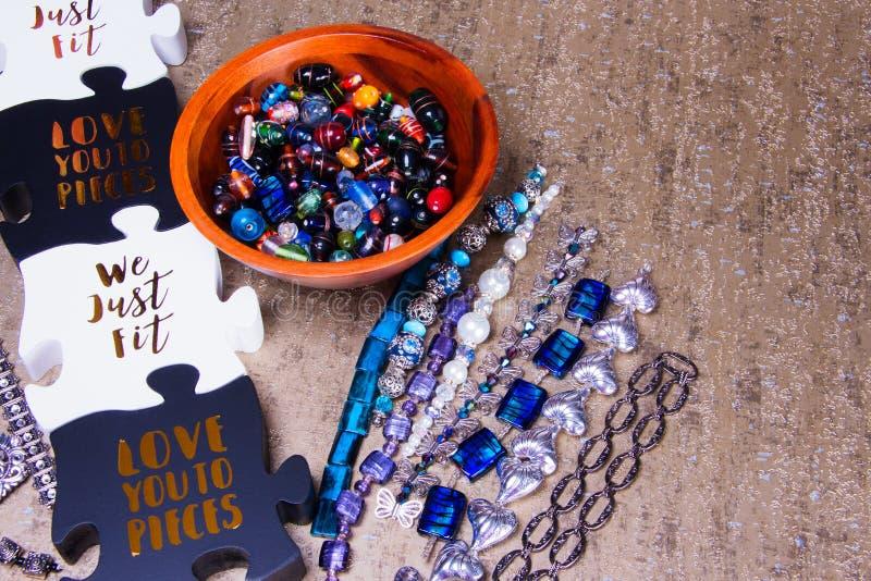 Schwarzweiss-Puzzlespiel bessert nahe bei den losen und zusammengebauten Perlen aus stockfotos