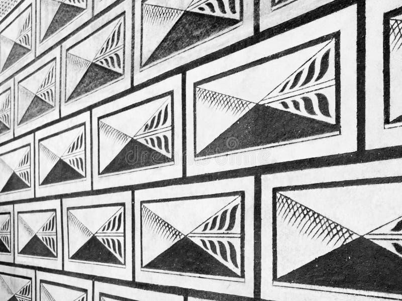 Schwarzweiss-Renaissancebuchstabe Sgraffitomuster der Fassade stockfotografie
