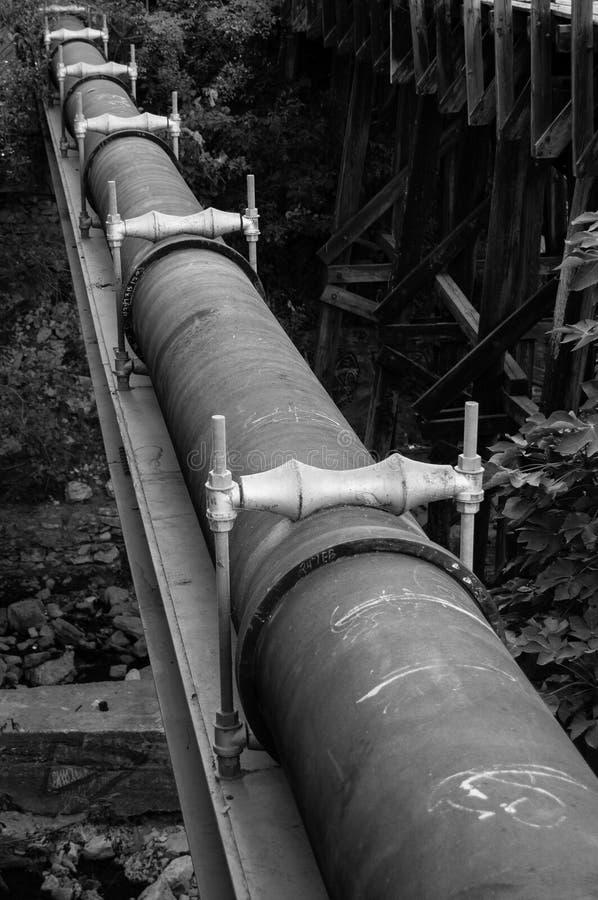Schwarzweiss-Rohrleitung stockfoto