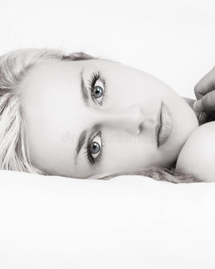 Schwarzweiss-Schönheit im Bett lizenzfreies stockbild