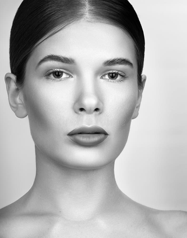 Schwarzweiss-Schönheitsporträtnahaufnahme Schöne junge Frau mit hellem Berufsmake-up stockfotos