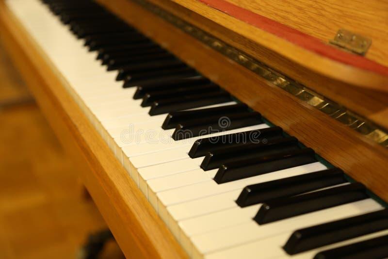 Schwarzweiss-Schlüssel auf dem alten Klavier lizenzfreies stockbild