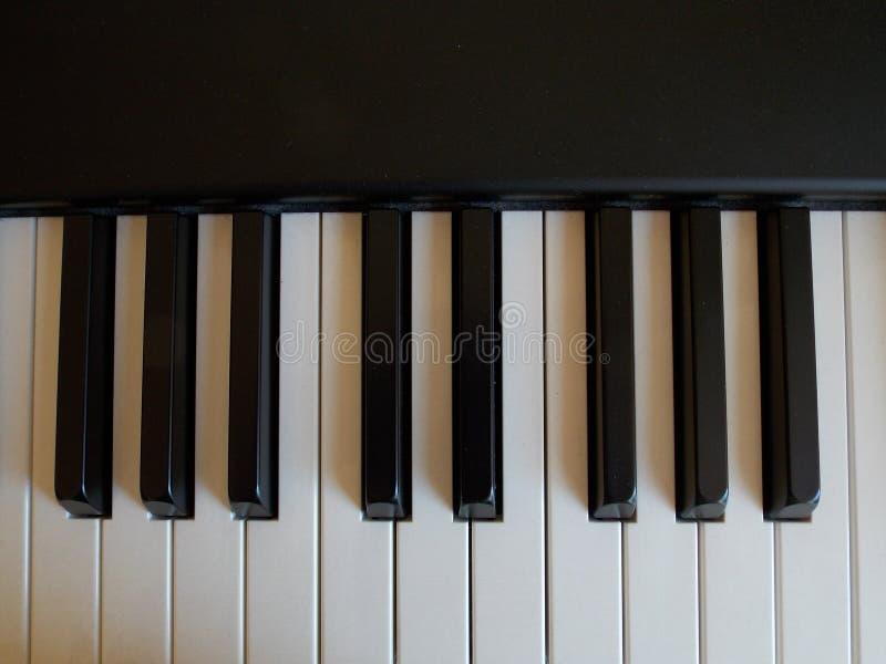 Schwarzweiss-Schlüssel auf einem Digitalpiano stockbilder