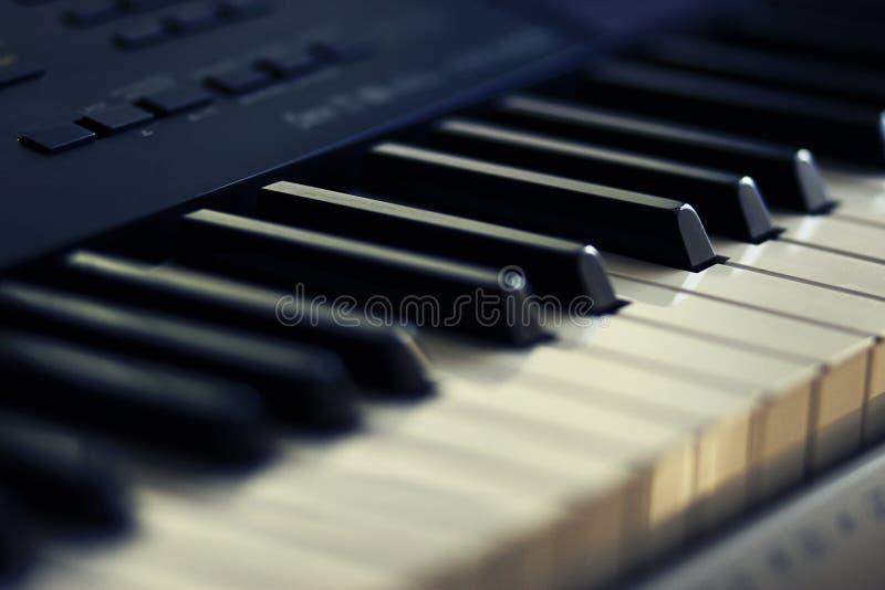 Schwarzweiss-Schlüssel des modernen musikalischen Instrumentsynthesizers stockbilder