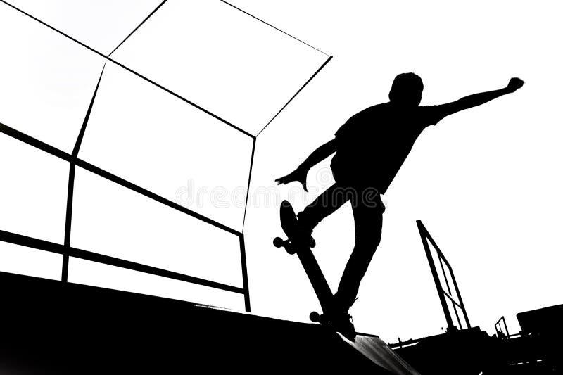 Schwarzweiss-Schlittschuhläuferschattenbildillustration auf der Rampe stockbild