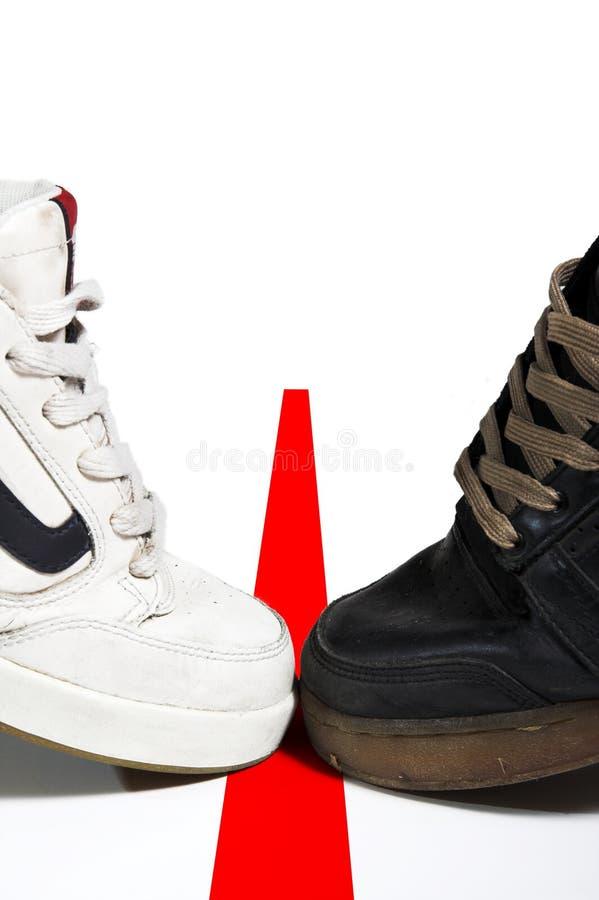 Schwarzweiss-Schuh auf Zeile stockbilder