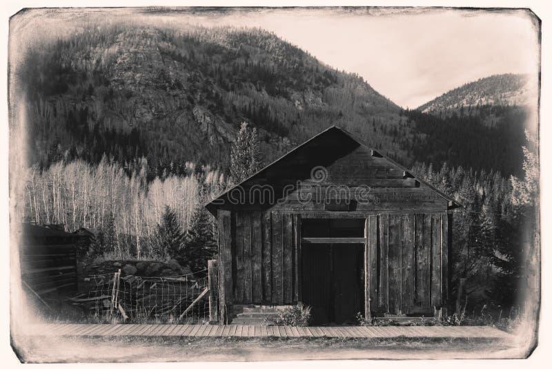 Schwarzweiss-Sepia-Weinlese-Foto der alten westlichen hölzernen Garage in St. Elmo Gold Mine Ghost Town in Colorado lizenzfreie stockfotos