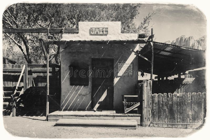 Schwarzweiss-Sepia-Weinlese-Foto des alten Westgefängnisses in der Goldvorkommen-Goldmine-Geisterstadt in Youngsberg, Arizona stockfotografie