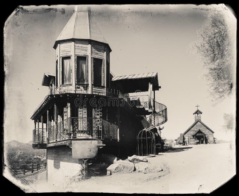 Schwarzweiss-Sepia-Weinlese-Foto des alten westlichen hölzernen Gebäudes/des Bordells in der Goldvorkommen-Goldmine-Geisterstadt stockfotografie