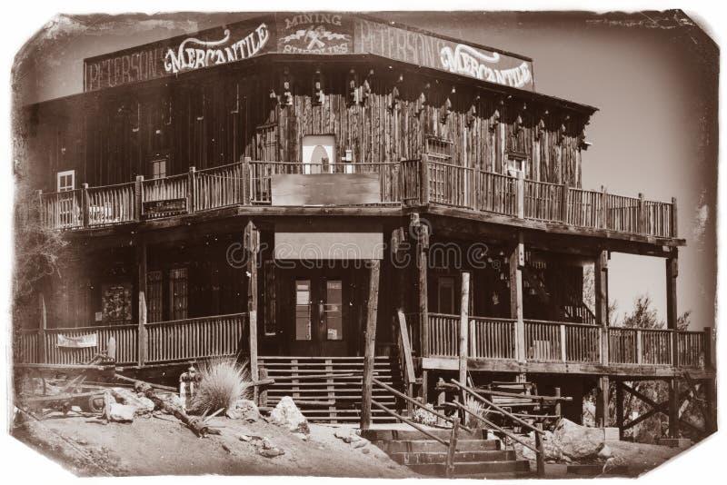Schwarzweiss-Sepia-Weinlese-Foto des alten westlichen hölzernen Gebäudes/des Saals in der Goldvorkommen-Goldmine-Geisterstadt lizenzfreies stockbild