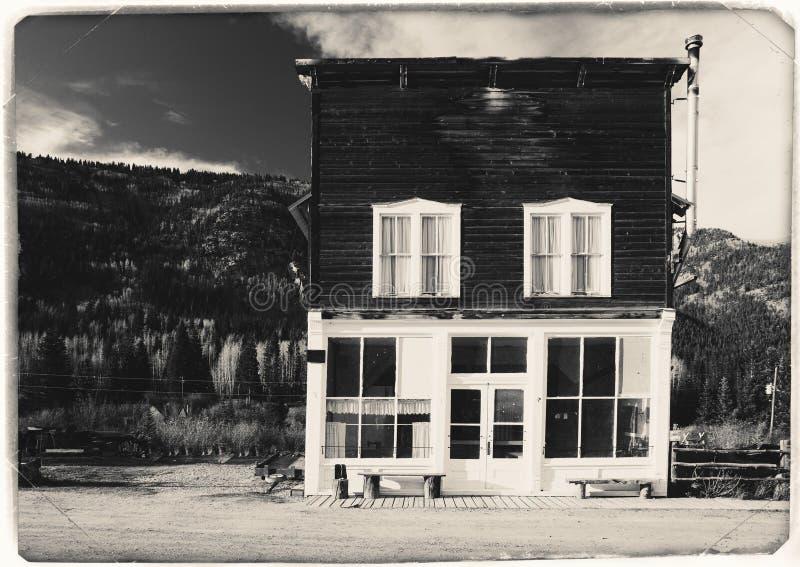 Schwarzweiss-Sepia-Weinlese-Foto des alten westlichen hölzernen Gebäudes in St. Elmo Gold Mine Ghost Town in Colorado stockfoto