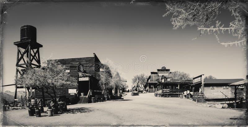 Schwarzweiss-Sepia-Weinlese-Foto von alten westlichen hölzernen Gebäuden in der Goldvorkommen-Goldmine-Geisterstadt lizenzfreies stockfoto