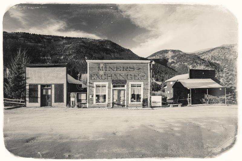 Schwarzweiss-Sepia-Weinlese-Foto von alten westlichen hölzernen Gebäuden in St. Elmo Gold Mine Ghost Town in Colorado stockbilder
