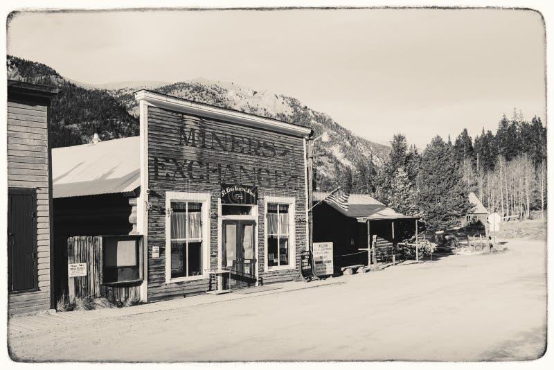 Schwarzweiss-Sepia-Weinlese-Foto von alten westlichen hölzernen Gebäuden in St. Elmo Gold Mine Ghost Town stockfotografie