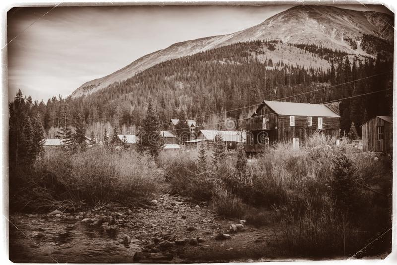 Schwarzweiss-Sepia-Weinlese-Foto von alten westlichen h?lzernen Geb?uden in St. Elmo Gold Mine Ghost Town in Colorado stockbilder