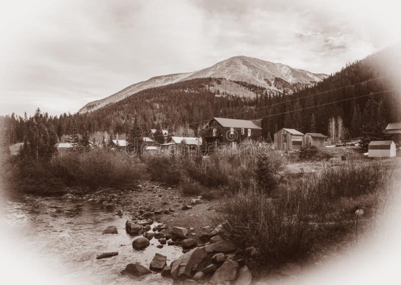 Schwarzweiss-Sepia-Weinlese-Foto von alten westlichen h?lzernen Geb?uden in St. Elmo Gold Mine Ghost Town in Colorado lizenzfreie stockfotos