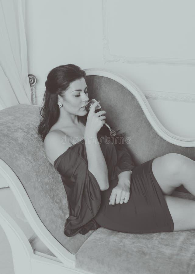 Schwarzweiss--, sexy Mädchen in einem Kleid lizenzfreie stockfotos