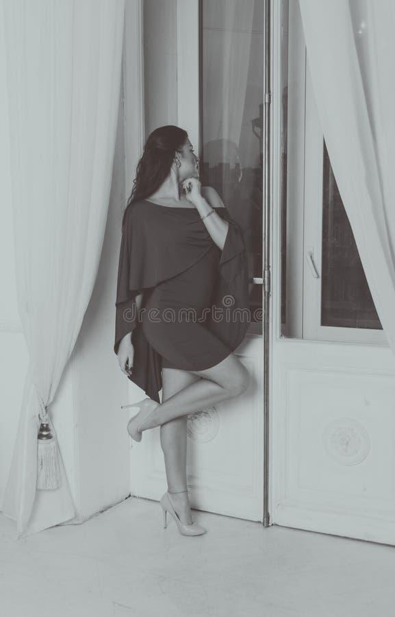 Schwarzweiss--, sexy Mädchen in einem Kleid lizenzfreie stockbilder
