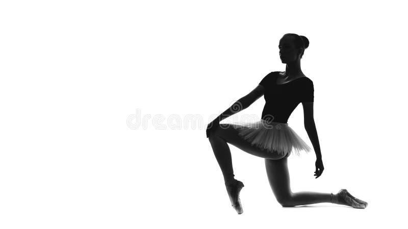 Schwarzweiss-Spur des jungen schönen Balletttänzers lokalisiert auf einem weißen Hintergrund stockfoto