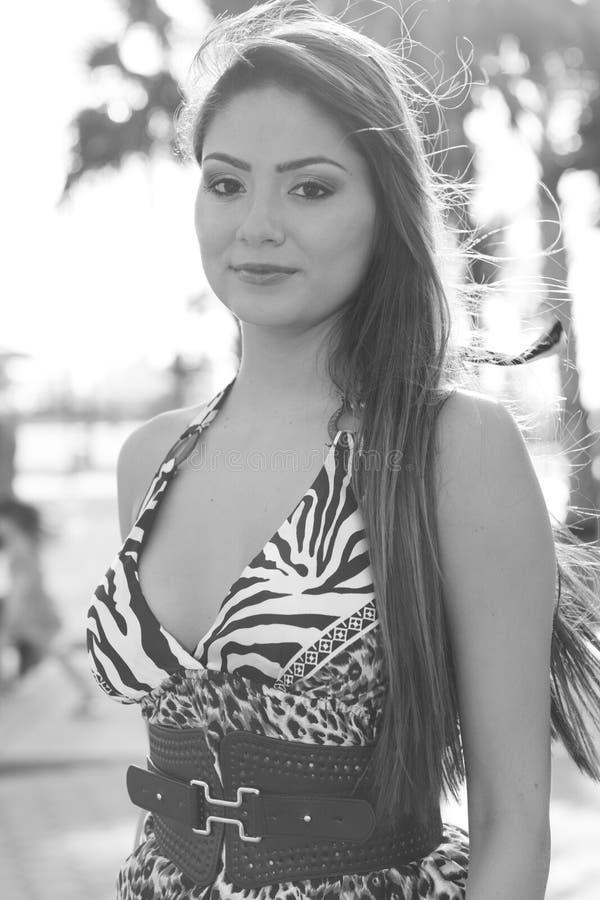 Schwarzweiss von einer schönen Frau stockfoto