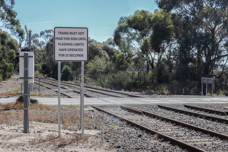 Schwarzweiss-Züge dürfen dieses Zeichen nicht führen, bis Blinklichter funktioniert haben, damit ein Warnzeichen von 25 Sekunden  stockfotografie